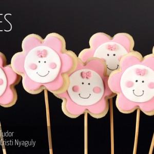 Biscuiti pe bat bebe floare
